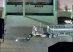 У модели грузовика отрывается колесо