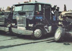 разрушенный грузовик